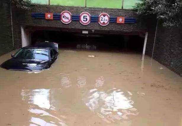 夏天暴雨多,车子不小心被水淹了怎么办?